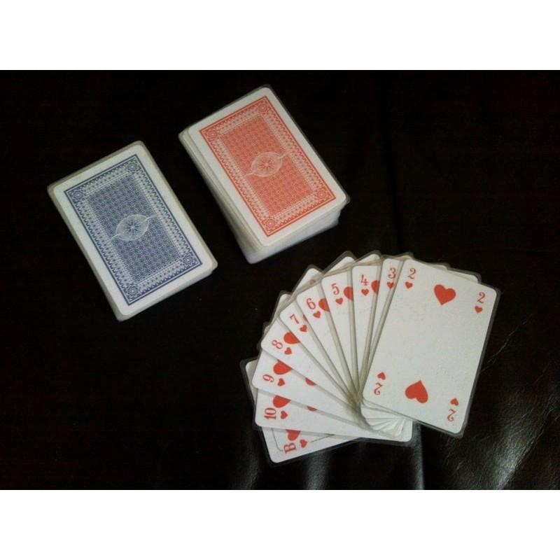 Ein Bild von dem Kartenspiel  französische Rommé Karten Set mit Symbolen oder Braille Zeichen